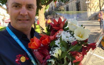 Jacob Fuglsang entrega sus trofeos de la Vuelta a Andalucía en homenaje a Manuela.